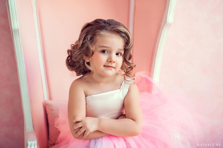 Девочка в розовом кресле. Детский фотограф