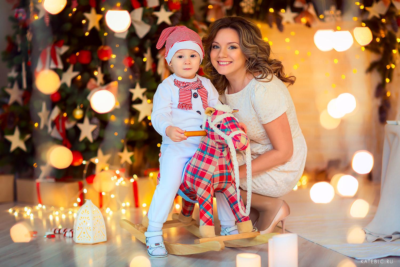 мама и малыш в новогодней студии у елки