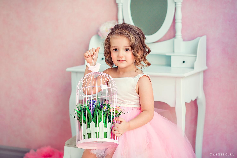 Девочка в розовом. Детская фотосессия в Москве в студии.