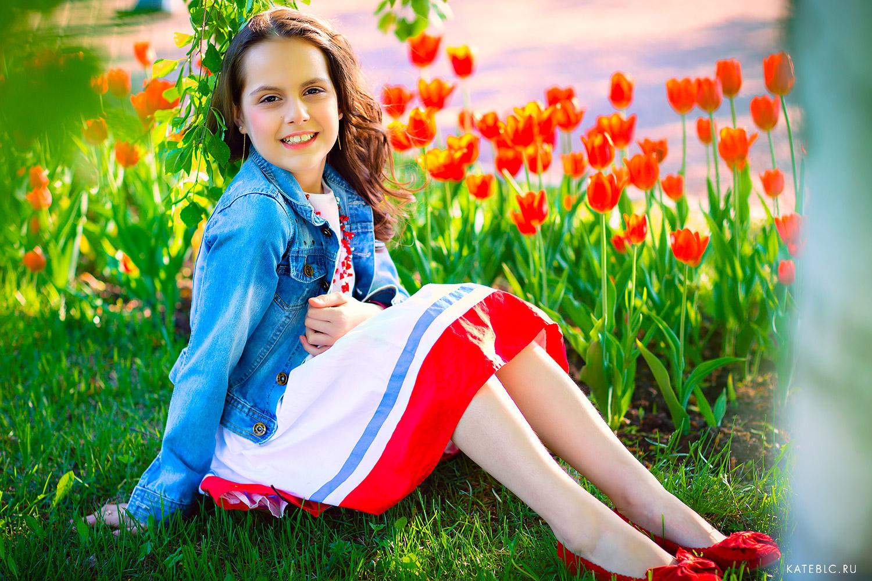 Девочка на фоне тюльпанов. Фотограф Катрин Белоцерковская