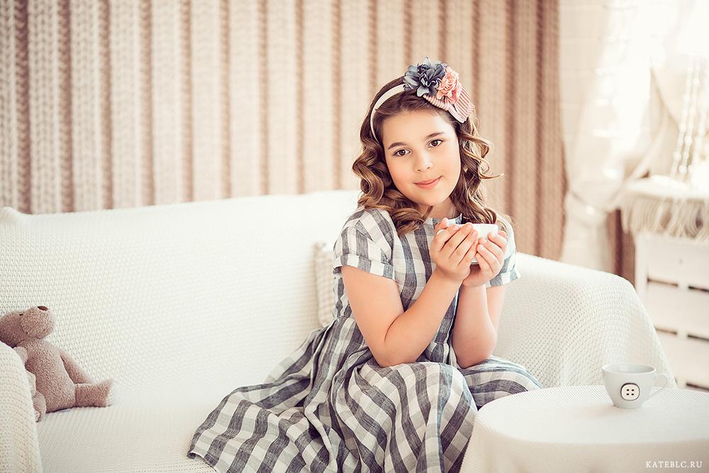Девочка на диване с кружкой. Фотосессия для дочки на день рождения