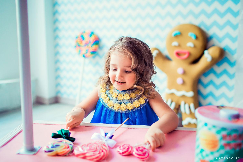 Девочка и конфеты