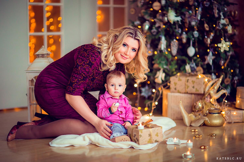 Портрет мамы и сына в фотостудии