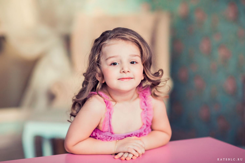 портрет девочки в фотостудии. Детский фотограф Катрин Белоцерковская