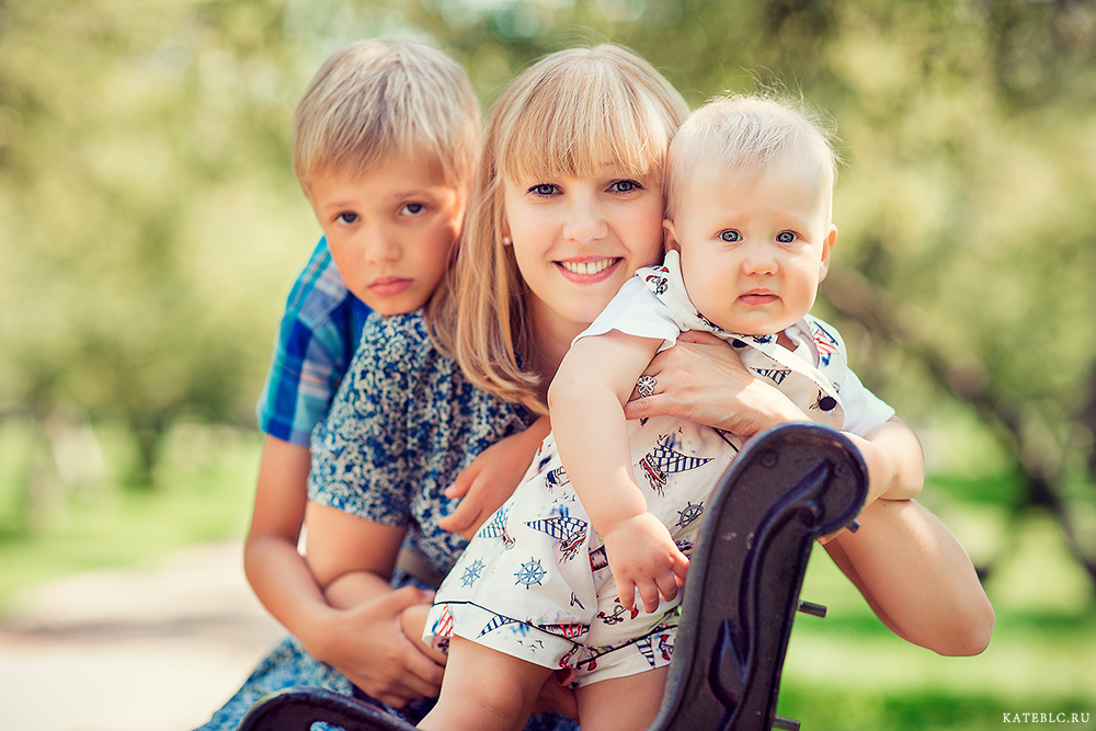 Мама и 2 сыночка в парке. Семейный фотосет