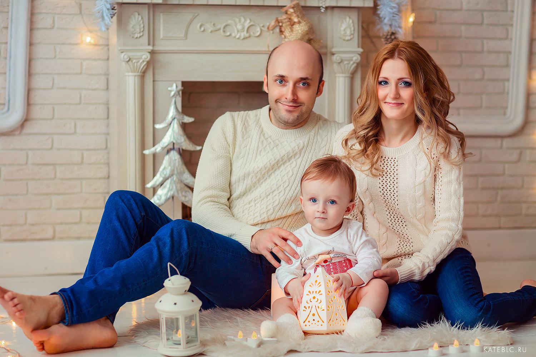 новогодняяя фотосессия для семьи у камина в студии