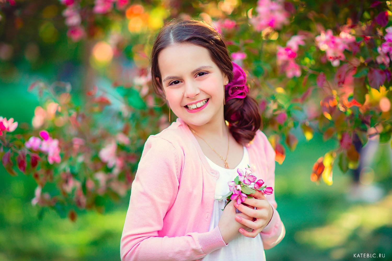 Портрет девочки в цветущем саду. Фотограф Катрин Белоцерковская