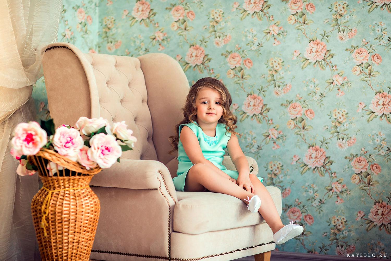 Малышка сидит на кресле. Фотография из серии детской фотосессии