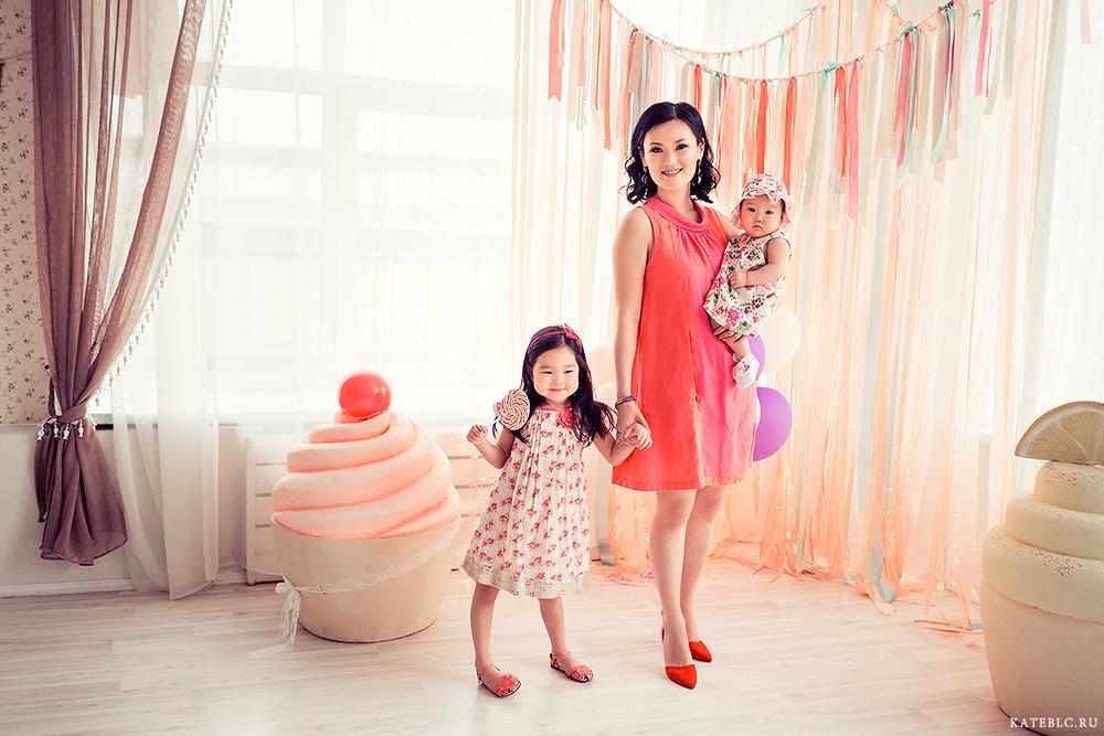 Фотография девочек с мамой. семейный фотограф в Москве