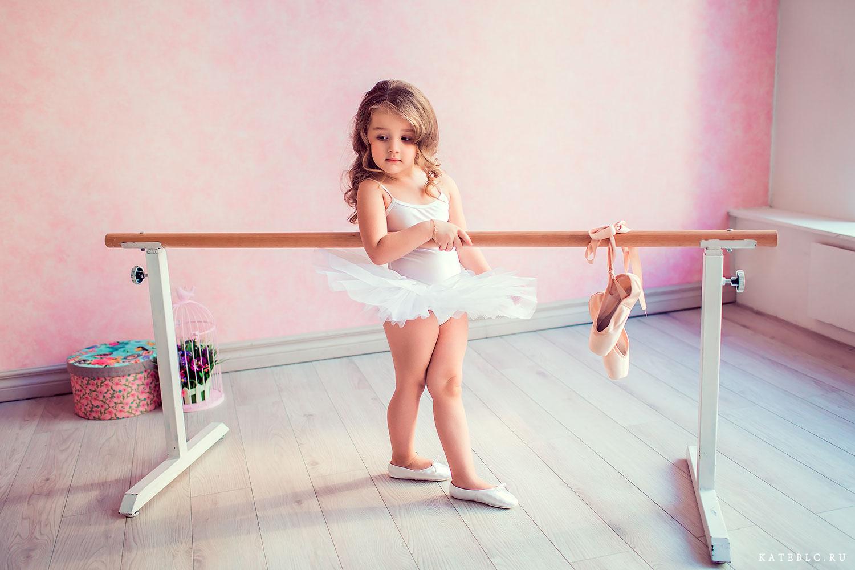 Девочка у станка. Пуанты. Детский фотограф в Москве