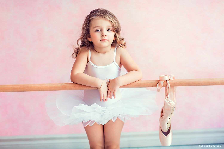 Девочка у балетного станка. Фотосессия в студии. Фотограф Катрин Белоцерковская. Детские фотосессии в Москве
