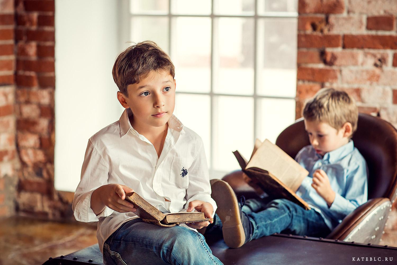 Мальчик сидит на столе с книгой. Фотосессия в Москве. Фотограф Катрин Белоцерковская