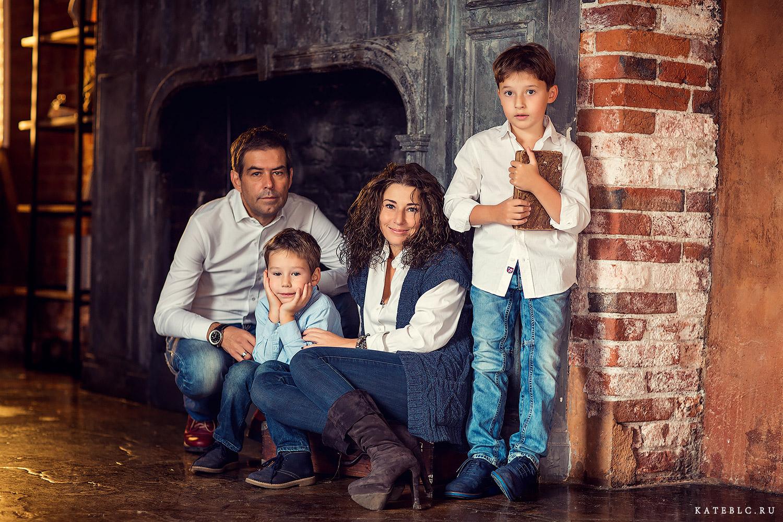 Семейная фотосессия в студии лофт. Фотограф Катрин Белоцерковская.  kateblc.ru
