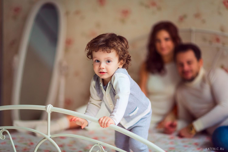 Семейная фотосессия в светлой фотостудии в Москве